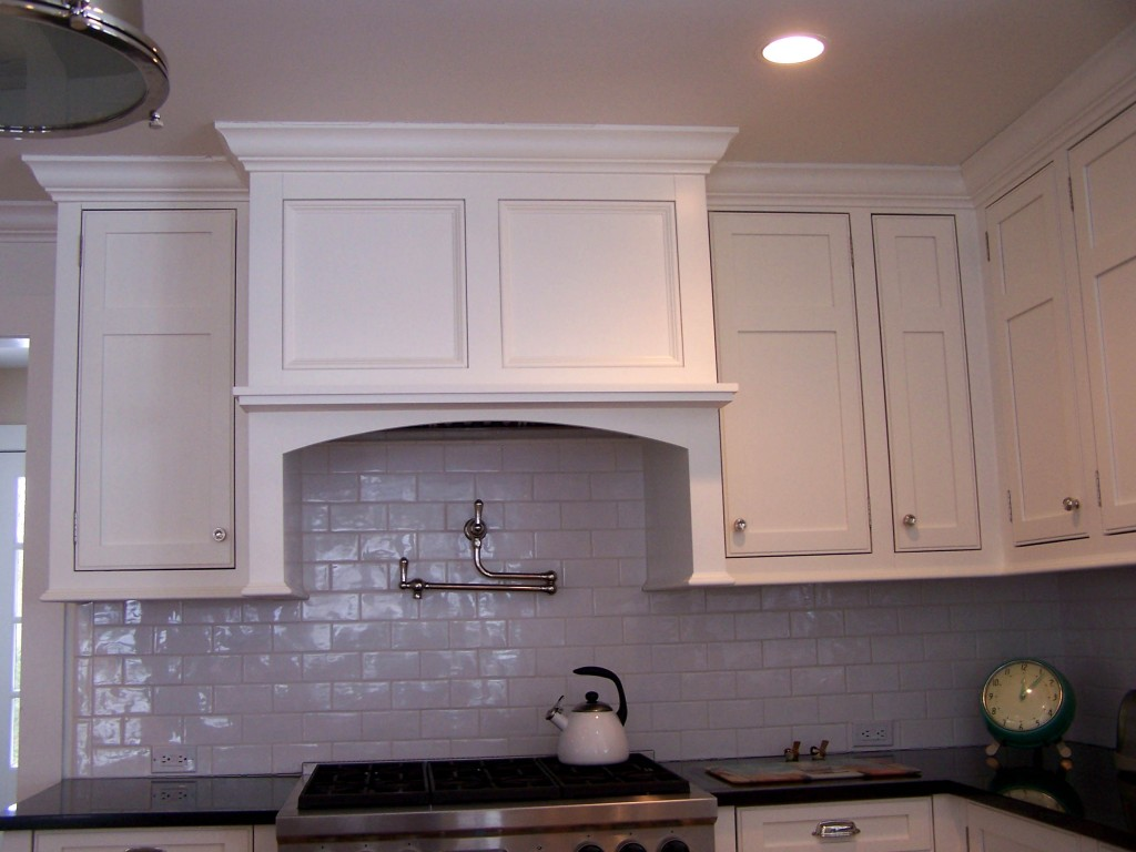 Understated Stove Hood 1024x768 English Manor Kitchen